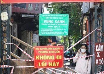 Une image contradictoire qui vaut mille mots ( de haut en bas) :  Fêtons le Parti et le printemps -zone non contaminée par le virus-Entrée interdite.